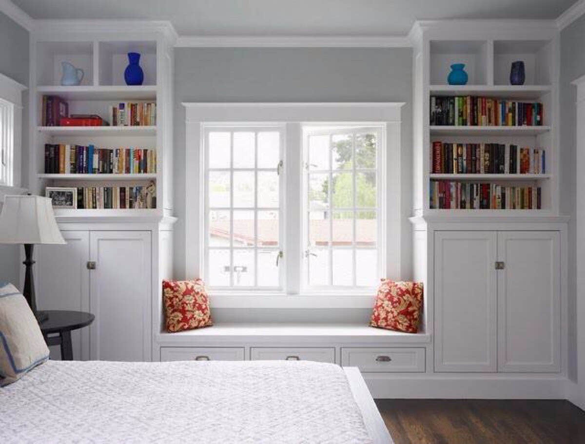 飘窗两边设计成书柜,既节省空间又增加了储物,简约白色卧室装修图片