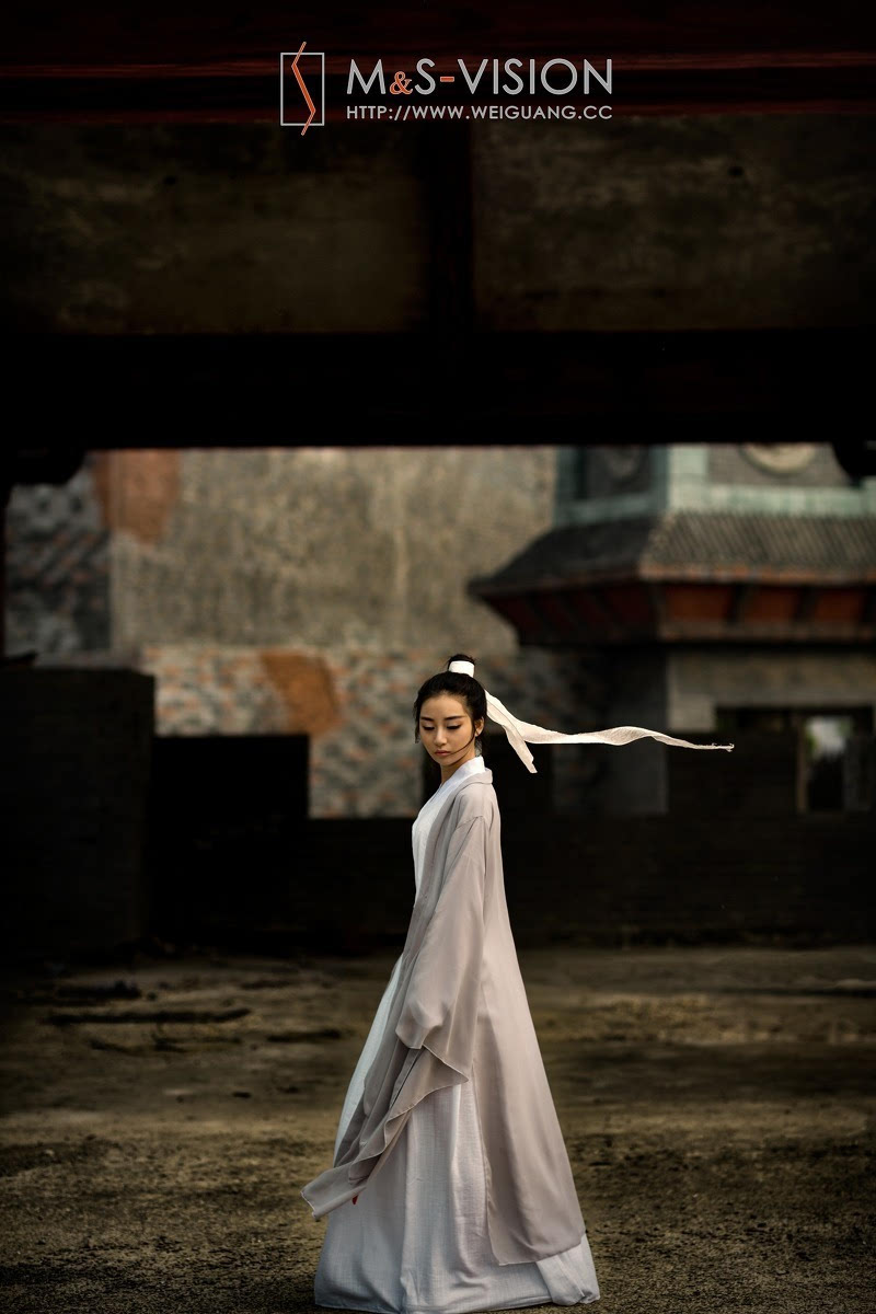仗剑走天涯的古装侠女