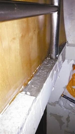 打开靠墙的柜门就可以看见成人手臂两倍粗的水阀.图片