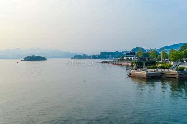 淳安县的县城千岛湖镇就位于千岛湖边上,沿湖开发了高档住宅和酒店.