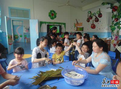幼儿园里的手工课 包粽子