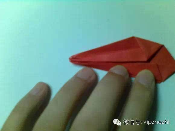 边挨着中间的折痕 然后展开后向内折,大家应该都会千纸鹤的,这步就不