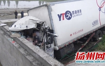 15分钟后快递车追尾冲下高速 核心提示 昨天凌晨,京沪高速扬州境内
