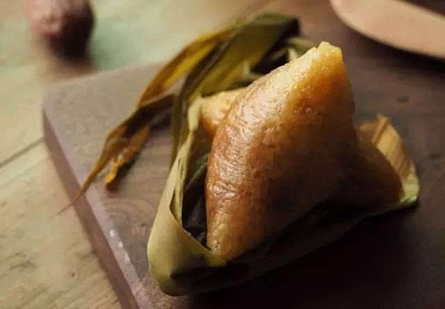 如果是买回来的真空包装的粽子没有吃完的话,那么就要把剩下的粽子的袋子口子封严,然后直接放到冰箱的保鲜室进行保鲜保存。 如果买回来的是速冻的粽子,那么就要在粽子没有解冻之前,把粽子放入到冰箱的冷冻室进行低温保存,因为这类的粽子如果融化之后,是很容易变质的。