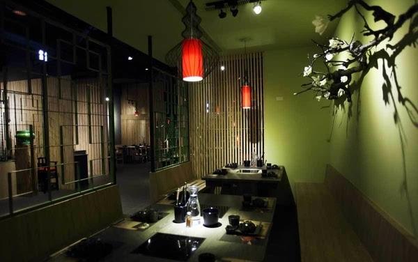 石家庄春秋战锅火锅店餐厅内部的战鼓、灯笼以及古董家私等装修设计表现元素,体现空间美感与深度的人文厚度;在用餐的空间里兼具古老气息和现代风情,一景一物都能被感染,红色灯笼下优雅坐定,凝出一桌桌团聚的温馨气氛。在精心营造的古色古香的中式环境里,搭配上与主题呼应的精致盘器和古董装饰,让用餐的情绪舒适优雅,又富于意境,是视觉与味觉的双重享受。