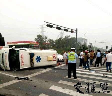 高邮两辆轿车与救护车相撞 救护车侧翻致多人受伤