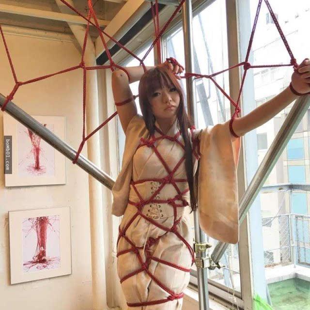 结合了日本美学与cosplay的绳索紧缚艺术