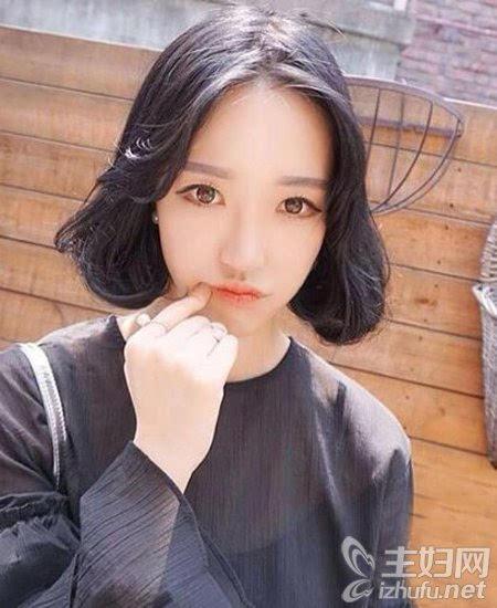 同样一款韩式风格的短发发型,中分露额的设计清爽利落,头发修剪到图片