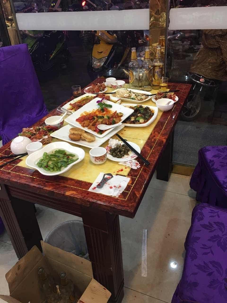 昨晚兴化某饭店,一男子正吃饭,后脑勺突被啤酒瓶袭击图片