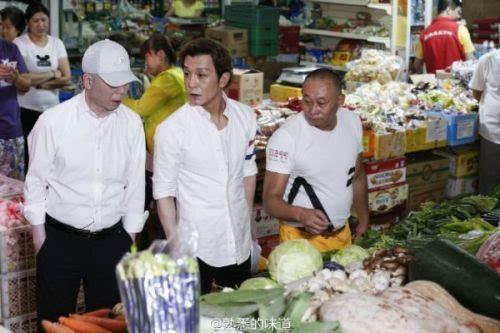 冯小刚买菜砍价 和李勇一起现身菜市场