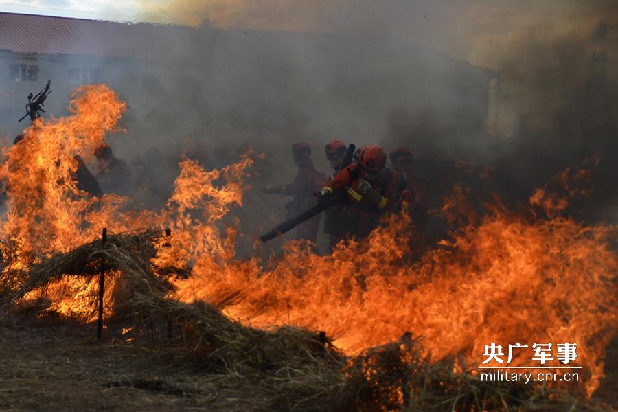 6月13日武警内蒙古大兴安岭森林支队官兵正在进行灭火演练.毛亚团 摄