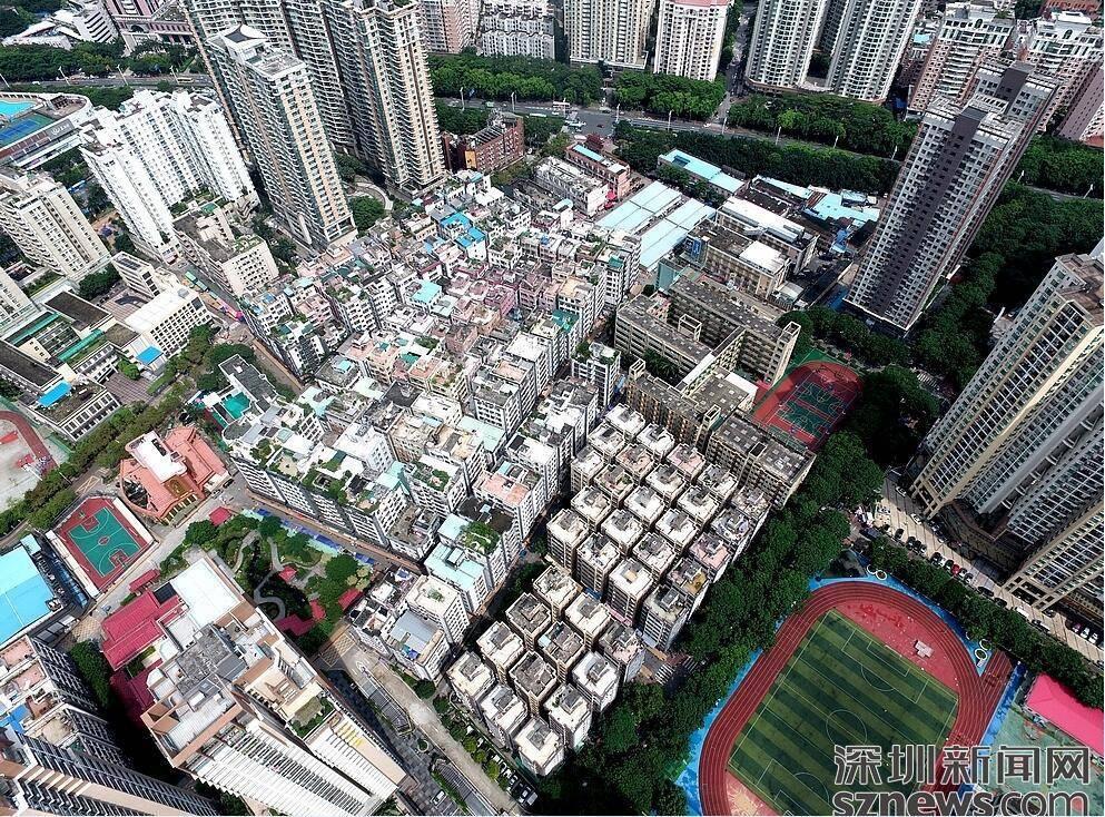 6月13日,深网无人机队在空中俯瞰改造前的的水围村人才公寓。记者在现场看到,35栋即将被改造的楼房被周边的楼宇和学校所包围。被改造的房屋中每4栋将配有一部电梯,而连接4栋房屋的是空中连廊。而600套内部公寓也将焕然一新,拎包入住是人才公寓的标准。