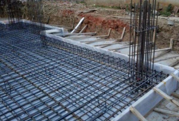 异形柱框架结构的下部,筏板基础位置,钢筋网配置,施工现场.