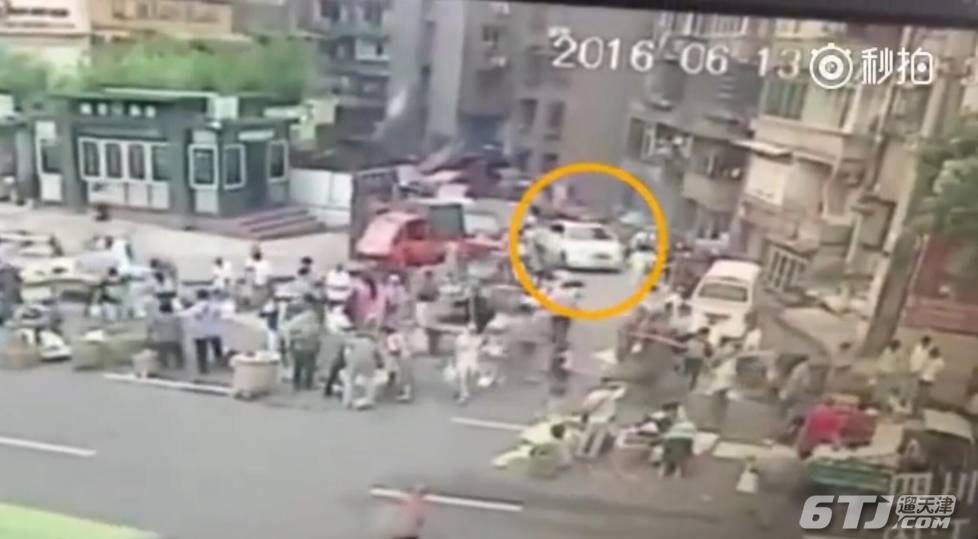 桂湖湖州街菜市口女人群驾事件冲撞司机视频小车规划内江图片