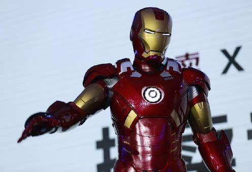 钢铁侠现身上影节 真人穿戴原版电影拍摄装甲
