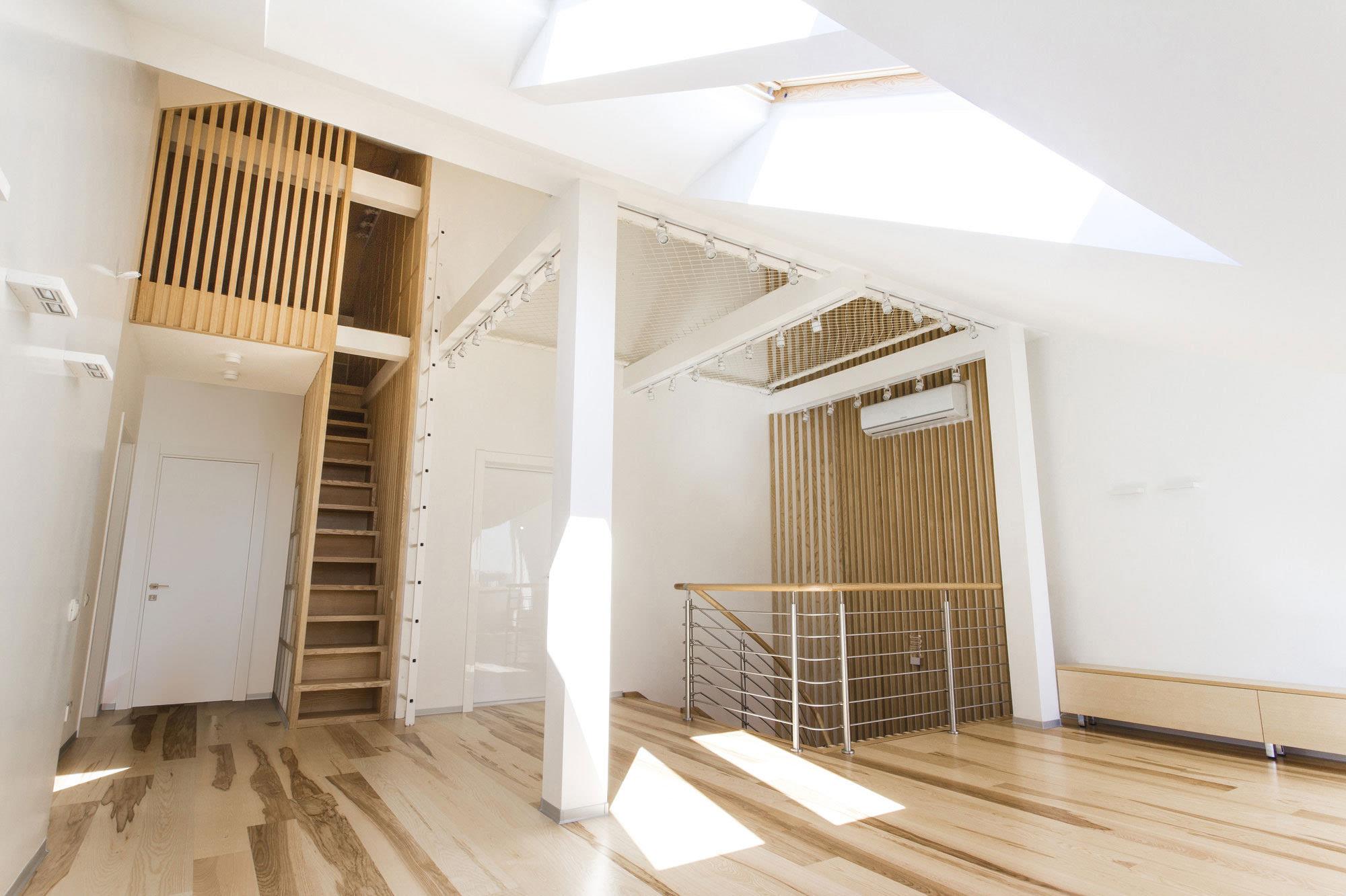 这个复式楼房的设计师,从中汲取了阁楼装修的灵感,让阳光洒进阁楼.