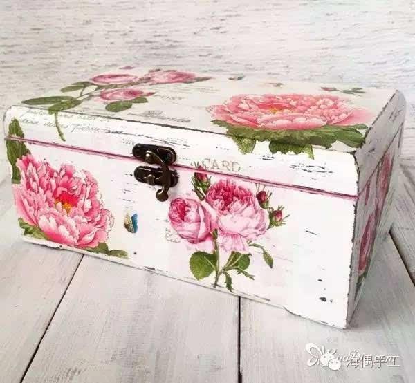 步骤10:按步骤6-9的方法在木盒表面粘贴上其余的牡丹花餐巾纸
