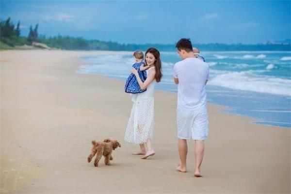 甘薇晒一家四口海边漫步照 夫妇各抱一个女儿(图)