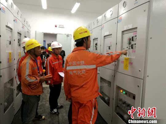 四座牵引变电所均是通过牵引变压器将外部电网提供的