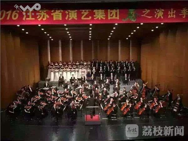 《欢乐颂》为结尾,成大型管弦乐四声独唱及合唱的第四乐章.