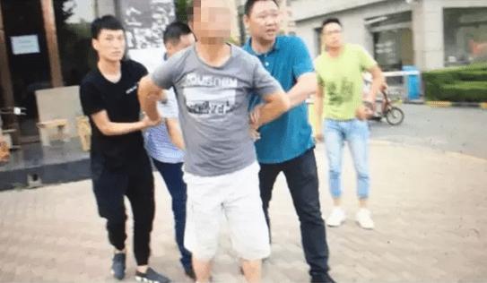河南警方洗浴哹�j�n�_抓捕过程也是一路曲折,最终在6月17日,警方在河南将杨某抓获.