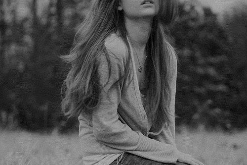 黑白铅笔画微笑女孩