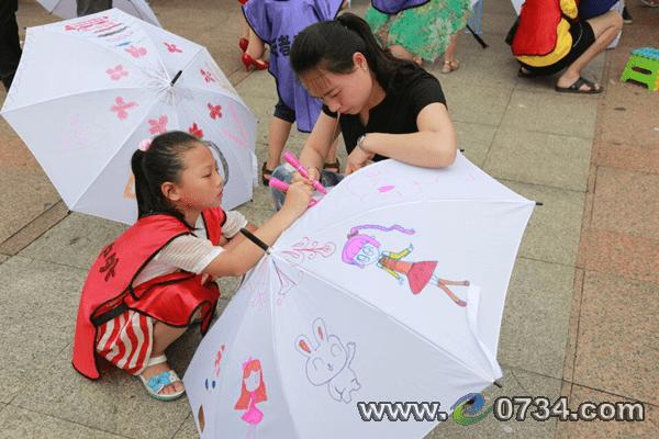 来自衡阳微公益志愿者协会的志愿者们认真负责地给参加活动的家长及小
