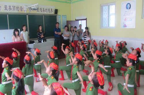 """付军老师执教的三年级音乐课《小鱼篓》外,还观看了五年一班的""""国"""
