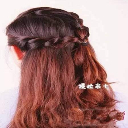 淑女编发步骤: 1,头顶大概2/3取适量头发,侧编三股辫.