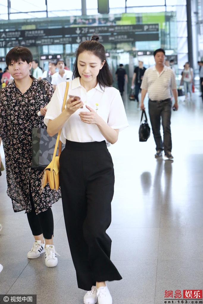赵又廷在说情话 高圆圆机场打电话笑靥如花