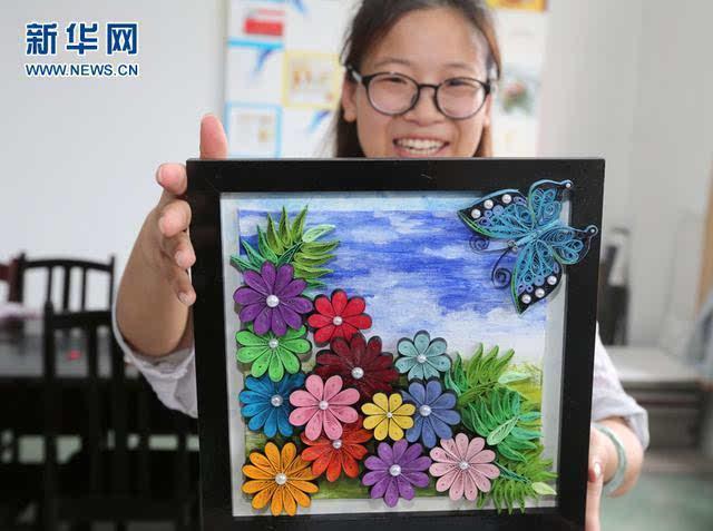邓丽一直热衷于手工创作,她的毕业设计的题目是《衍纸创意产品设计》