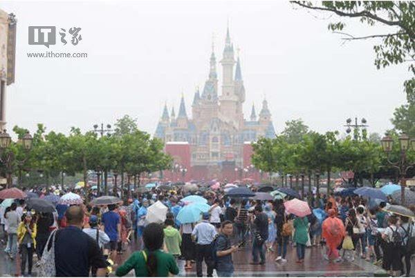 乐天世界很大很有名,被人称作\东方迪士尼乐园\,它是个室内主...