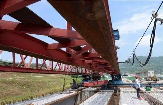 至此,长岭大桥最后一片预制t梁成功架设完成,标志着万利高速三分部实现全线贯通.