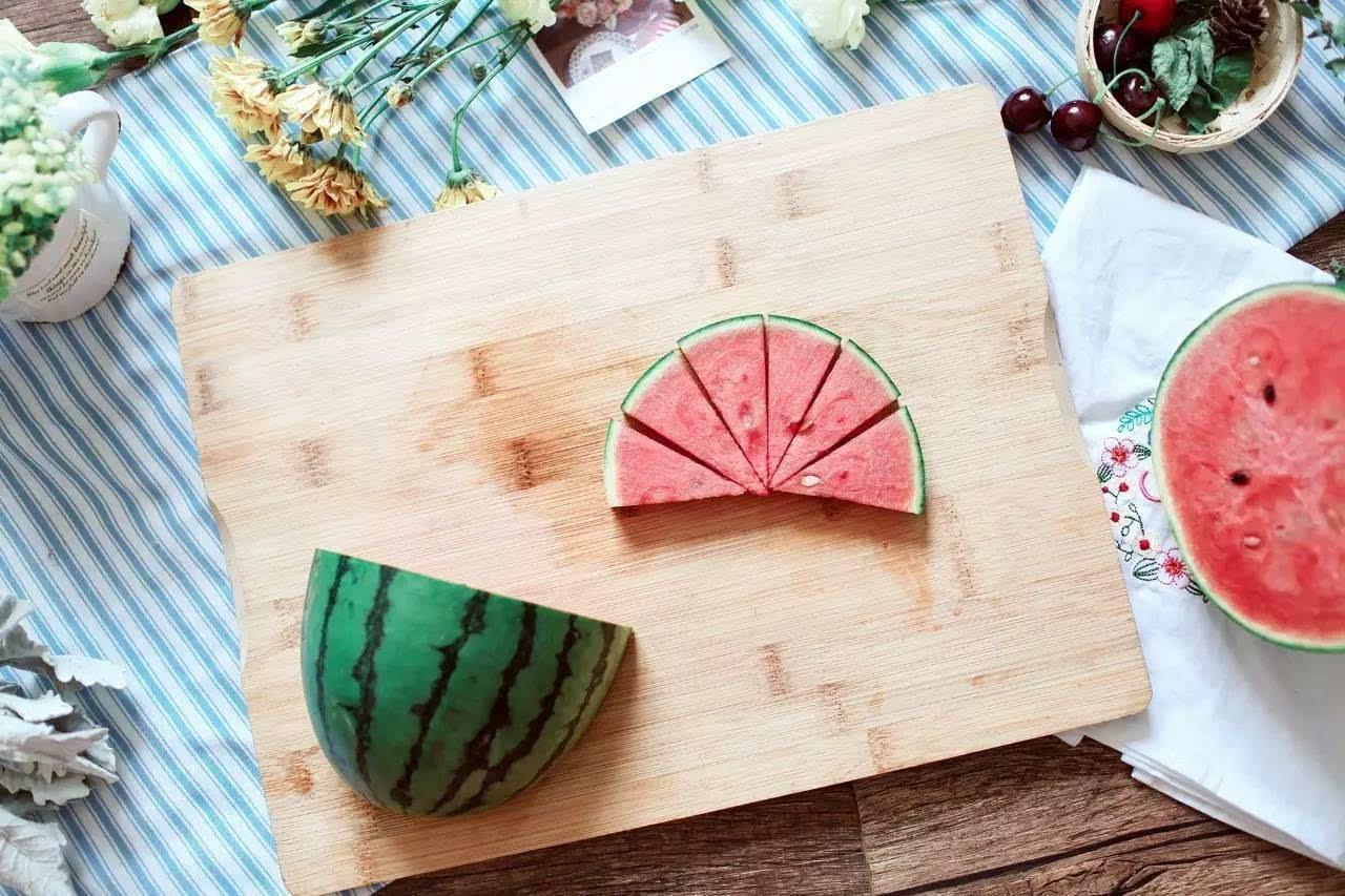 少女们都喜欢的一种切法,萌萌哒西瓜树,既满足了颜控又好拿,吃起来也