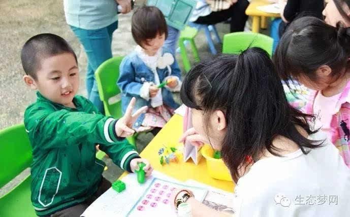 记者昨日从天津生态城新闻发布会上获悉,今年生态城将有3所幼儿园于今年9月1日开学,分别是和顺路幼儿园、13B地块幼儿园以及14A地块幼儿园。至此,生态城将有9所幼儿园同时开学,生态城社会局计划6月底发布招生办法,7月上旬各幼儿园开始现场招生工作。 自2012年9月以来,生态城先后开设6所幼儿园。今年9月将新开办3所幼儿园,均采取民办公助的运营模式。 由于今年新开办幼儿园招标6月2日才确定运营管理机构,整个过程比计划晚了一个月。因此,今年生态城幼儿园招生时间比原计划有所推迟,计划6月底发布招生办法,7