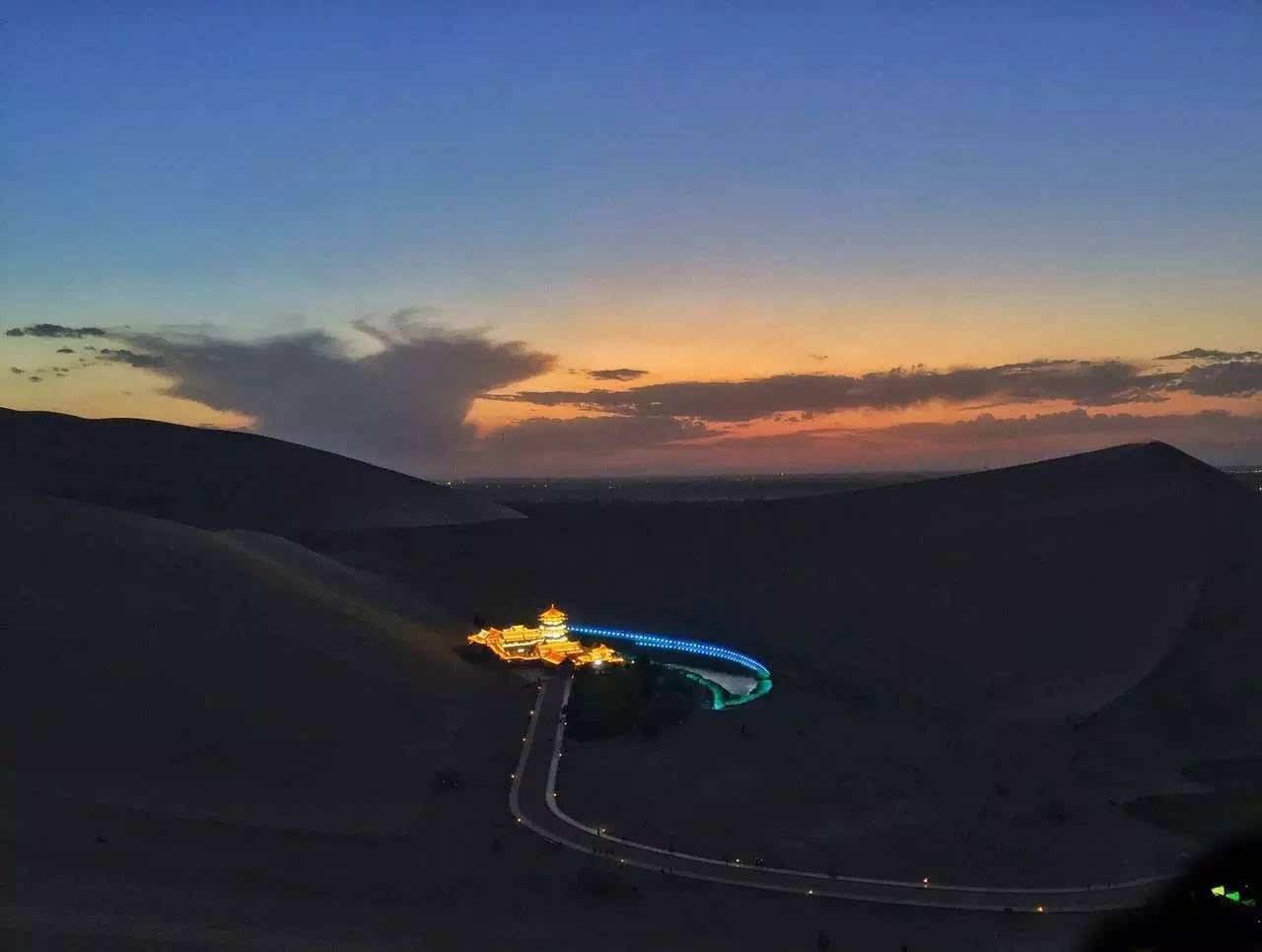 月牙泉和鸣沙山的经典景点位置拍摄图片
