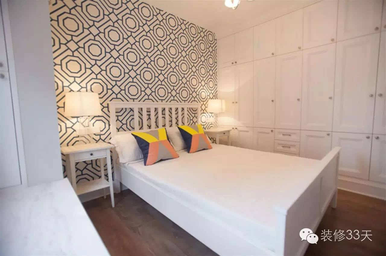 头采用几何图案壁纸,一侧墙面全部设计了柜子,对于小户型来说收