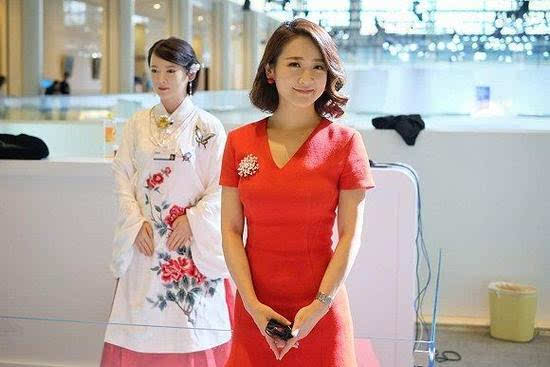 国产美女机器人亮相达沃斯 超高颜值与真人1:1的照片 - 2