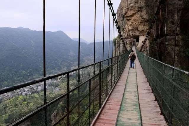 与白鹤山庄的铁索桥相比,方洞铁索桥短一些,桥面也由木板拼接而成