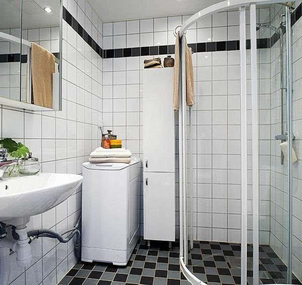 三、卫生间洗衣机使用 洗衣机不能放在容易被阳光暴晒的地方,或者是相对来说比较潮湿的地方。所以放卫生间都要做好各种防护措施,这样才能做到有备无患。根据各自不同的家庭居住条件,大家存放洗衣机的位置也不尽相同,不过总结起来,最好放在易于排水、易于晾晒、通风而不暴晒的场所。