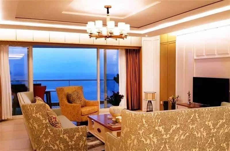客厅采用欧式布局,传统造型的沙发上繁复的花纹彰显着尊贵的气息.