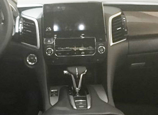 广汽本田冠道是一款专门针对中国市场研发的中大型SUV,其轴距达到2820mm,座椅布局为五座。在外观方面,广汽本田冠道延续了此前CONCEPT D概念车的设计理念,采用全LED大灯,车身线条饱满,车尾则使用了LED尾灯以及双出式排气管。  在动力方面,广汽本田冠道或将使用1.5T与2.0T两款直喷涡轮增压发动机,尾标分别为240 TURBO和370 TURBO。在传动系统方面,与发动机匹配的是一台9速自动变速箱。 点评:广汽本田冠道是一款非常特别的产品,也是目前合资品牌中唯一一款针对中国市场全新开发