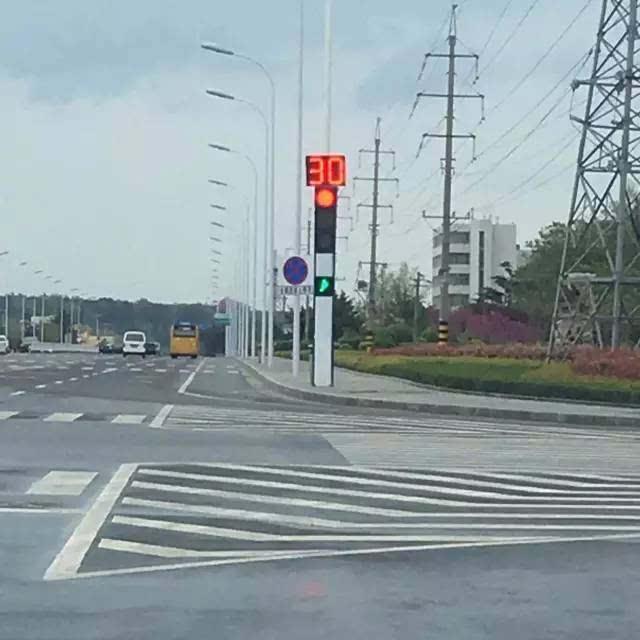 荣成路口这样的红绿灯,还有谁不会走?