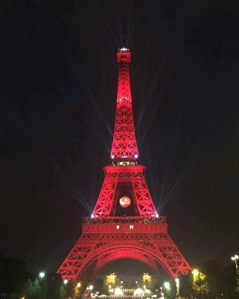 巴黎埃菲尔铁塔亮红白灯光