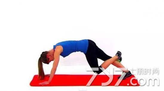 拉伸小腿最佳时机应选运动训练后 拉伸一般放在运动训练后。训练前拉伸会增加运动中受伤的几率,降低肌肉力量,削弱运动表现,所以不建议运动前拉伸。在充分活动之前,人的肌肉和韧带处在脆弱阶段,拉伸会让其变得更加紧绷,如果投入运动训练,则是非常危险的。运动前一般是用小力量的有氧训练或小重量的力量训练的热身运动即可。 再说,运动后拉伸小腿还可帮助瘦小腿呢,比如跑步后想防止小腿变粗,其中很好的一个方法就是拉伸运动。( 相关链接:跑步后怎么防止小腿变粗) 运动后拉伸运动的好处: 1、增强本次运动的训练效果。 2、提高运