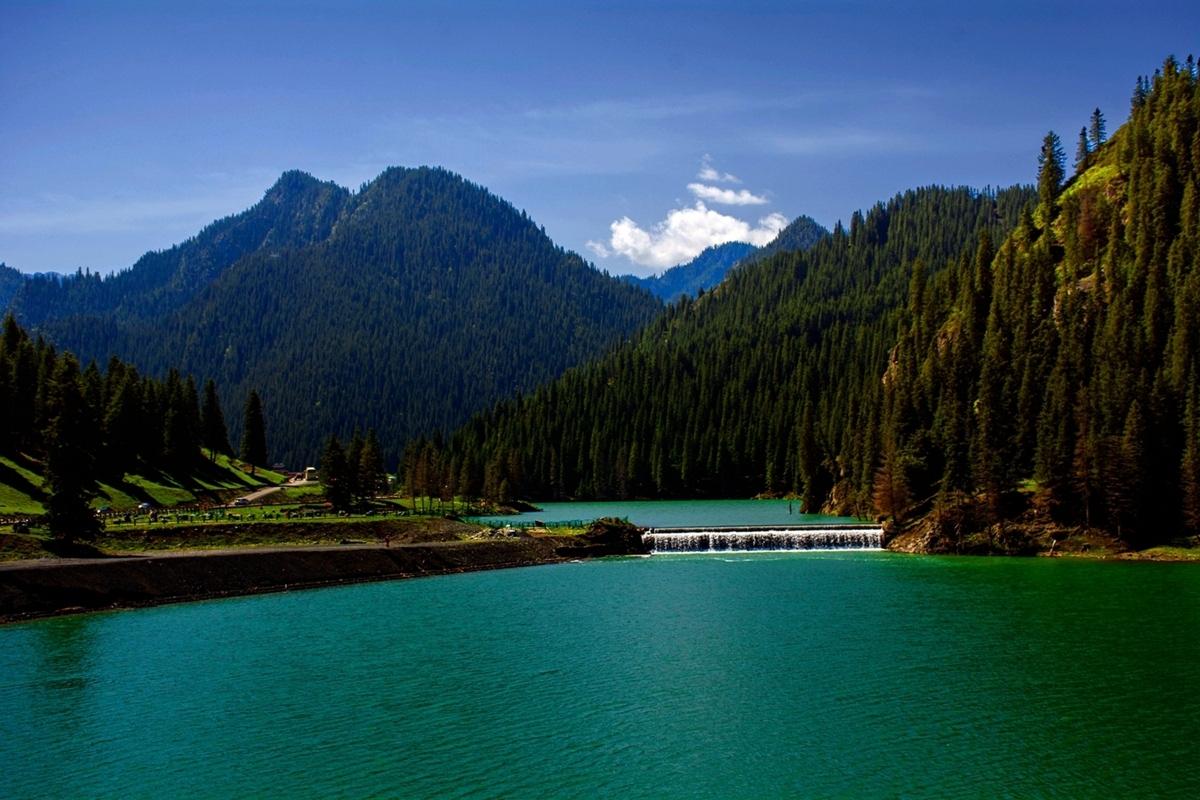 8万亩. 距乌鲁木齐市区48公里的天山大峡谷景区,位于乌鲁木齐县境内.
