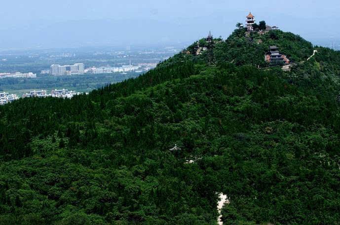 百望山森林公园面积2000余亩,位于颐和园北三公里处,是距北京城最近的森林公园。百望山是太行山延伸到华北平原最东端的山峰,素有太行前哨第一峰的美称。百望山主峰海拔210米,突兀挺拔,登临主峰,极目远眺京华大地,气象万千,是登高游览的好去处。公园内森林茂密,植被覆盖率高达95%以上,空气中含有丰富的负氧离子,素有北京城市氧源之称。