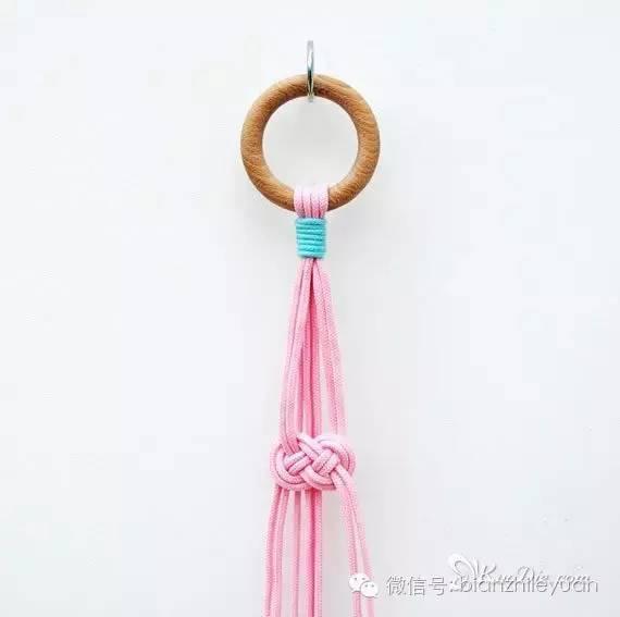 步骤6:挂圈后侧的4根编织绳在同一高度编织个约瑟芬