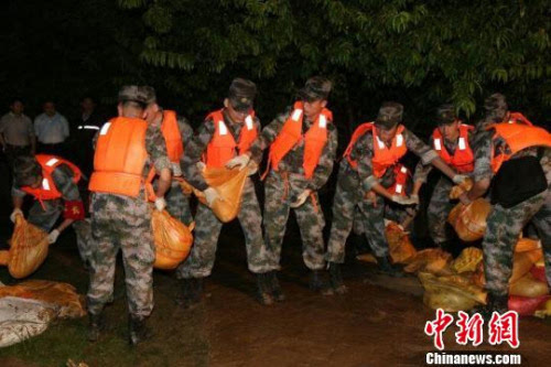 陆军军官学院官兵紧急赴合肥三河镇抗洪抢险