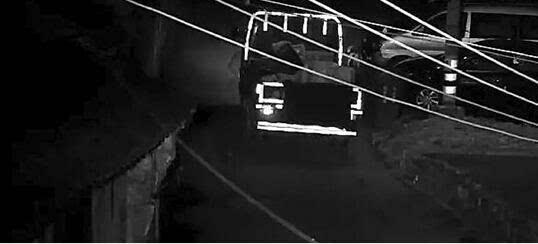 监控拍下了慈溪老板半夜开车偷垃圾桶。   听过偷水果,偷电器,偷金银珠宝的,你听过偷垃圾桶的吗?   昨天,宁波慈溪白沙路派出所透露了这一雷人案子的细节。   民警告诉记者,6月30日下午5时许,有市民来白沙路派出所报案称,几天前放在赖王村路边的两只绿色大塑料垃圾桶被偷。   接到报警后,派出所民警也有些醉了:连垃圾桶都有人偷!   他们马上安排民警展开调查,通过排查视频监控发现,凌晨3时许,一辆蓝色货车途经垃圾桶被盗地点,有重大作案嫌疑。   由于涉案车辆遮挡了车牌,办案民警需要根据车辆其他特征排